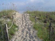 海滩与绳索篱芭的沙丘路 库存照片