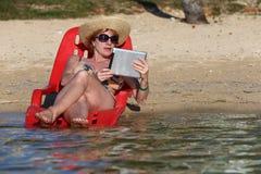 海滩读书 免版税库存照片