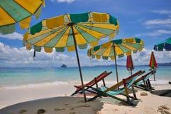 海滩五颜六色的伞 免版税图库摄影