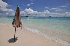 海滩五颜六色的伞 图库摄影