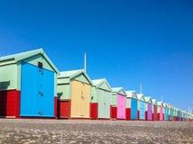 海滩五颜六色的小屋行 免版税图库摄影