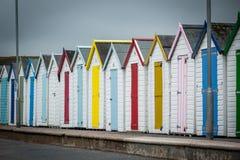 海滩五颜六色的小屋 免版税库存照片