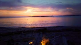 海滩五颜六色的日落 免版税库存照片