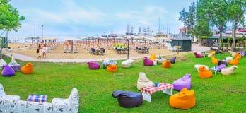 海滩休息室区域的全景 库存图片