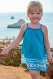 海滩假期的可爱的愉快的微笑的小女孩 免版税图库摄影