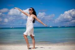 海滩假期的少妇 免版税库存图片