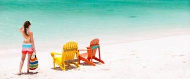 海滩假期的少妇 库存图片