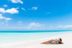 海滩假期豪华旅游胜地晒黑妇女放松 免版税图库摄影