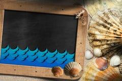 海滩假期-贝壳和黑板 库存照片