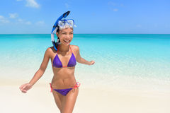 海滩假期-获得亚洲妇女的游泳乐趣 免版税图库摄影
