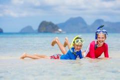 海滩儿童空白礼服的姐妹 免版税库存图片