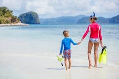 海滩儿童空白礼服的姐妹 库存照片