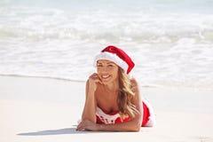 海滩克劳斯・圣诞老人妇女 免版税图库摄影