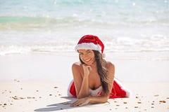 海滩克劳斯・圣诞老人妇女 库存图片