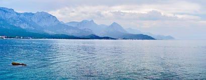 海滩全景在凯梅尔,安塔利亚,土耳其的 免版税库存图片