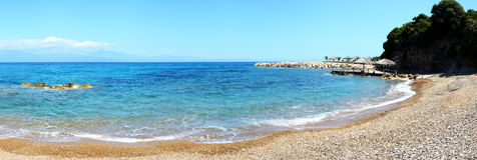 海滩全景在爱奥尼亚海的在豪华旅馆 库存照片