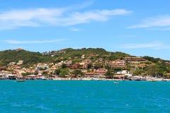 海滩全景在Buzios,海,山,里约de Janeir 免版税库存图片