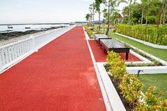 海滨公园 有不滑的橡胶表面的地板走道 免版税库存照片