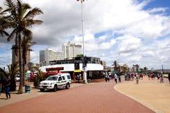 海滩前德班的散步的,南非步行者 免版税库存图片