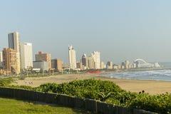 海滩前的德班 免版税库存图片
