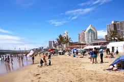 海滩前的海滩行人在德班南非 免版税图库摄影