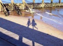 海滩剪影夫妇 免版税库存图片