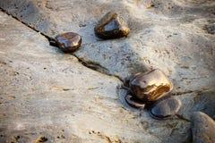 海滩向湿扔石头 库存图片