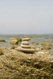 海滩向禅宗扔石头 库存图片