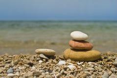 海滩向禅宗扔石头 免版税图库摄影