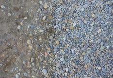 海滩向纹理扔石头 免版税库存照片