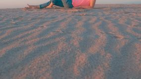 海滩含沙妇女 影视素材