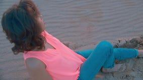 海滩含沙妇女 股票视频