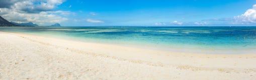 海滩含沙热带 全景 免版税图库摄影