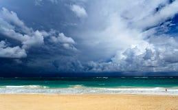 海洋和云彩的五颜六色的看法 免版税库存图片