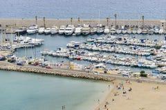 海滩和口岸在芒通 免版税库存图片