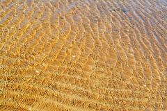 海水和含沙底部 图库摄影