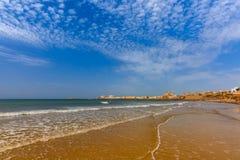 海滩和大教堂在卡迪士,安大路西亚,西班牙 库存图片