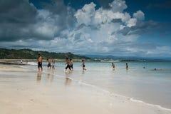海滩和天空在一个中午在松巴岛 免版税库存图片