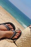 海滩和女性英尺 免版税库存照片