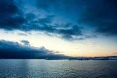 海洋和完善的天空用太阳豆 免版税库存照片