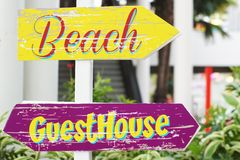 海滩和宾馆标志 免版税库存照片