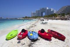 海滩和小船在坎昆旅馆区域,墨西哥 免版税图库摄影