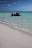 海滩和小船在盐水湖 图库摄影