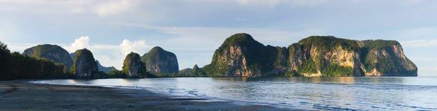 海滩和山 免版税库存图片