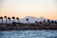 海滩和山的看法在距离。洪加达,埃及 免版税库存图片