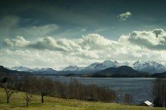 海洋和山, Alesund,挪威的看法 免版税库存照片