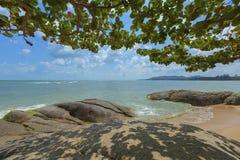 海滩和岩石在酸值苏梅岛,泰国 免版税库存图片