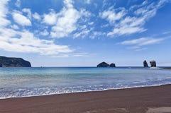 海滩和岩石在Mosteiros,圣地米格尔 库存图片