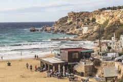 海滩和峭壁在金黄沙子在马耳他依靠 免版税库存照片