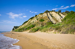 海滩和峭壁临近贴水Stefanos,科孚岛海岛,希腊 免版税库存图片